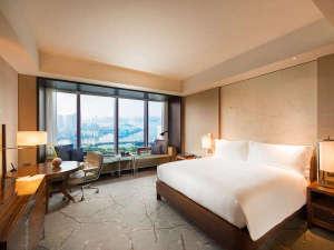 コンラッド東京:ベイビュールーム キング:大きな窓から降り注ぐ自然光と眼下に広がる絶景を堪能。
