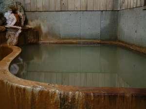旅館ますや:温泉は白濁茶褐色湯の花が浮遊してます。