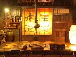いこい旅館:皆様ご存知の当館の囲炉裏の間、そばに足湯もあり、温泉卵もあり、風情を一番感じる場所です。