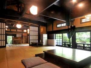 いこい旅館:太い梁と土壁が懐かしい気持ちにさせてくれますね。手前と奥の和室合わせて30畳!グループ旅行御用達