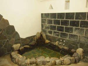旅館芳和荘:*当館主人が「武者風呂」と呼んでいる岩風呂が男女1種ずつ。宿泊者様が少ないときはご家族風呂もOK。