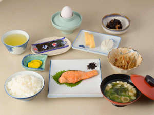 旅館芳和荘:*【朝食例】焼き魚・卵焼き・ひじき・きんぴら・デザートなど日替わりの和朝食。食堂にてご用意致します。