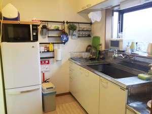 AS ONE Style in 湘南:キッチンには、調理器具、食器、電子レンジ、オーブン、冷蔵庫(無料ドリンク)、ケトルなど完備。