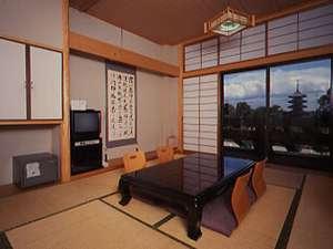東寺洛南会館:お部屋の窓から広がる、世界遺産「東寺」(夜間はライトアップ)