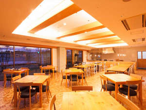 ホテルフォルクローロ花巻東和<JR東日本ホテルズ>:木のぬくもりあふれるレストランでお食事をお召し上がりください。
