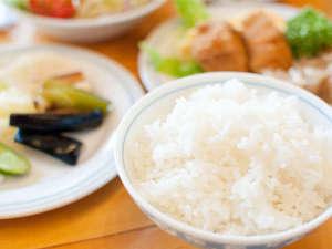 ホテルフォルクローロ花巻東和<JR東日本ホテルズ>:地元花巻産の「ひとめぼれ」をたくさんお召し上がりください。