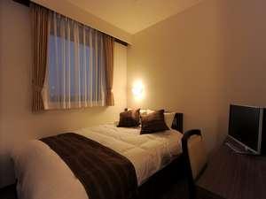 ホテルクニミ鴨宮:機能的でかつ洗練されたインテリアのシングルルームは、快適なご滞在をお約束します。