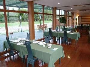 ホテル清さと:時には北キツネも姿を現す緑に囲まれたレストラン
