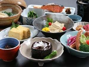 京都東本願寺前 山田屋旅館:多くの方から、嬉しいお声をいただく朝食(一例)です。炊きたてホカホカ、つやつやのごはんと一緒に