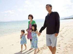 *ファミリーイメージ/手をつないで綺麗な砂浜をお散歩。都会ではできない体験にみんなでにっこり。