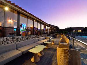 クラブメッド石垣島:*バー「TINGARA」/バーの外に出て海の風を感じながらの1杯もおススメです。