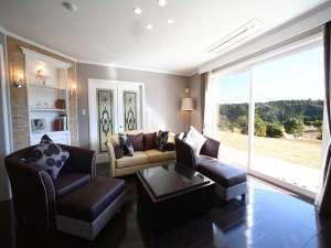 キャメルホテルリゾート:【スウィートヴィラ】広いリビングルームは4名様で寛いでも十分なスペースです。