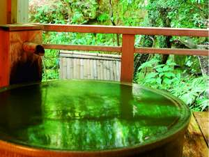 【客室専用の露天風呂一例】陶器のお風呂では温泉にお抹茶を溶いてお入り頂けます