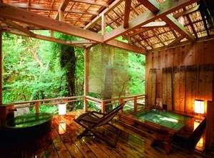 【客室専用の露天風呂一例】荻の入り川に面した湯船が2つ。手つかずの自然に包まれ過ごせる