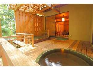 離れ山水 露天風呂付き客室。陶器の湯船ではお抹茶風呂を