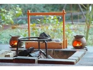 寒い時期は、囲炉裏にて炭を焚きまして暖をとります。