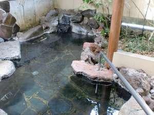 御宿 ぬるかわ温泉:「杉の間」客室露天風呂。手すりが付いており、足の不自由な方にも安心です。