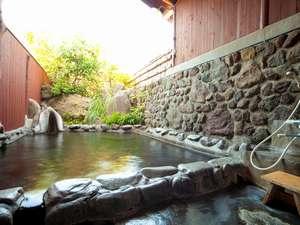御宿 ぬるかわ温泉:貸切露天風呂「もみじの湯」伸びすぎたクスノキを剪定して、すっきり景色が眺めやすくなりました。