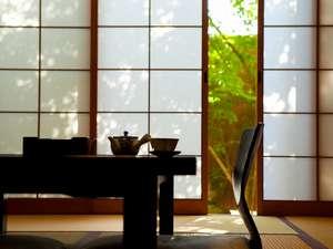 御宿 ぬるかわ温泉:「桜の間」新緑に反射する光が目に安らぎを与えてくれます。