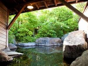 御宿 ぬるかわ温泉:大浴場女湯露天風呂。湯面に新緑が映りこみ幻想的です。