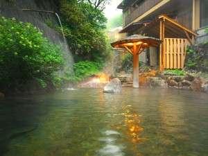大丸温泉旅館:四季の色を愉しむ事ができる湯の川をそのまま引き入れた源泉掛け流し露天風呂「川の湯」
