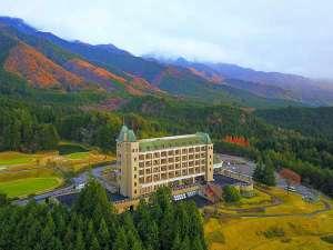 天空のリゾート ホテルウィンザー:紅葉とホテル