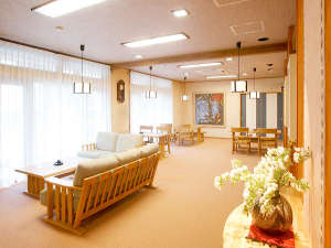 十和田湖温泉 遊魚荘:*ロビー/2006年新築の館内は、明るく清潔感があふれています。