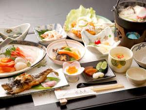 十和田湖温泉 遊魚荘:*夕食一例/新鮮なニジマスを焼き、揚げ、ぬた、刺身、鍋物と、色々なお料理で堪能できます。
