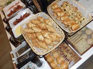 数種類の焼きたてパンが人気