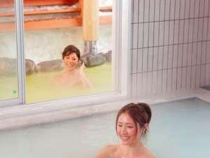 万座高原ホテル:「百泉の湯」露天風呂と内風呂で異なるお湯を楽しめます。
