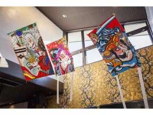 The Ryokan Tokyo YUGAWARA:フロントでは、フォトジェニックな壁の絵と大きな凧でお出迎え。