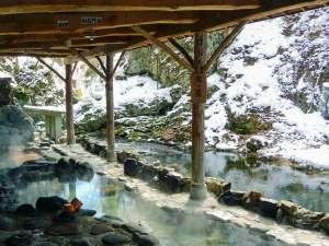 仙台・作並温泉 鷹泉閣岩松旅館:雪景色の天然岩風呂(例年1月~2月)