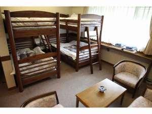 オーベルジュゆらぎ:二段ベットのファミリールーム。お部屋から西日本最大級の藤棚をご覧になれます♪