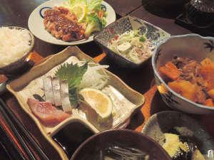 トラベルイン吉富:*【夕食一例】和食をベースにした家庭的なお料理はボリューム満点