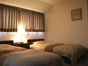 トラベルイン吉富:*【和洋室一例】和室と洋室のいいとこどり。シングルベッドを2台設置しております