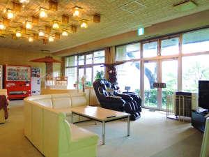 柳津温泉 つきみが丘町民センター:*開放的で明るいロビーでちょっと一休み。