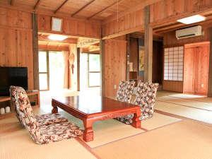 竹富島そうりゃ:部屋は広々20疊、TV、ネット(WiFi)完備。キッチン・トイレ・シャワールームはリフォーム済みで清潔です