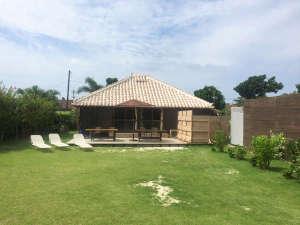 竹富島そうりゃ:のんびり過ごせるウッドデッキと広い芝生の庭、ジャグジープールも貸切です