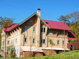 丘の上のホテル:新緑の季節外観