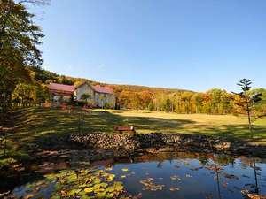 丘の上のホテル:秋の大草原からのホテル