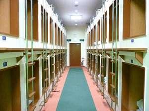 ニコニコカプセルホテル:カプセルホテル内通路です。上下段に分かれています。36室ございます。