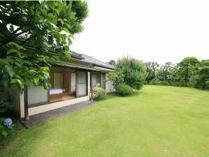 ホテル暖香園:離れきた岡の中庭 緑鮮やかな芝生