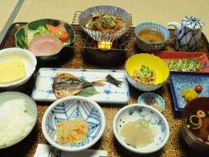 下呂温泉 いずみ荘:◆朝食一例。自慢の朴葉味噌など、旅館ならではの和定食。