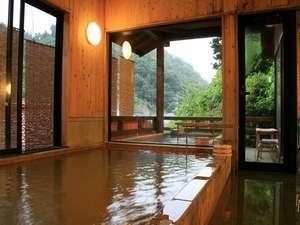 【甍の湯】源泉かけ流しの内風呂。夜11時にのれん替えがあります。朝8時までご入浴可能です。