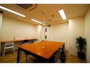 カプセルバリュー神田:ラウンジには高速Wi-Fi、PC、プリンタ&コピー機をご用意。