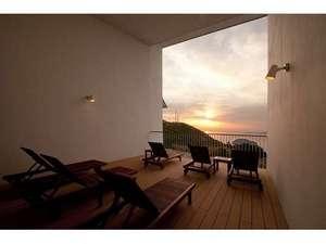 温泉のあとは、2階の海を眺めるメディテーションデッキでおくつろぎください。