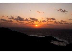 水平線に沈む夕陽。