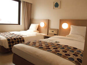 スマイルホテル沖縄那覇:ツインルーム    広めのお部屋でおくつろぎいただけます