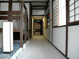 青松館:お部屋の雰囲気のマッチした落ち着きのある廊下。寛ぎます。