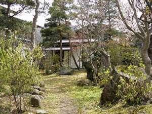 青松館:早春の中庭
